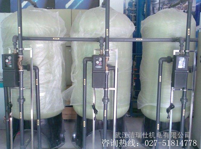 一般市场上的玻璃水分为3大类,一类是夏季用的,在原成分基础上增加了除虫胶成分,可以更快速清除撞在风挡玻璃上的飞虫残留物,另外也对车前脸的飞虫残留痕迹有很好的清除效果。第二类专为冬季使用的防冻型玻璃水,保证在外界气温低于零下20时,依旧不会结冰冻坏汽车设施。在冬季天气寒冷而路上又需要清洗风挡玻璃时,玻璃水不仅能够有效清洁还能够起到吸收静电的作用,一举多得十分方便。第三类是特效防冻型,保证在零下40时依旧不结冰,适合我国***北部的严寒地区使用。有的车主为图便宜,自制玻璃水,用洗洁精、洗涤剂、洗衣粉等勾兑,