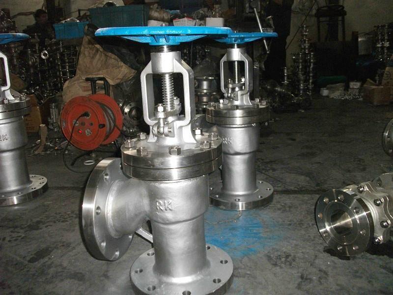 手动上展式放料阀介绍: 放料阀主要用于反应器,储罐和其它容器的底部排料,借助于阀门底部法兰焊接于储罐和其它容器的底部,因此消除工艺介质通常在容器出口的残留现象。放料阀根据实际情况的需要,放底结构设计为平底型,阀体为V型,并提供提升和下降两种工作方式阀瓣。阀体内腔装有耐冲刷、耐腐蚀的密封圈,在开启阀门瞬间,可以保护阀体不被介质冲刷、腐蚀,并对密封圈进行特种处理,使表面硬度达到HRC56~62,具有高耐磨、耐腐蚀的功能。阀瓣密封根据需要是封面均堆焊有硬质合金,密封副采用线密封,保证密封的可靠性,并可防止结疤。