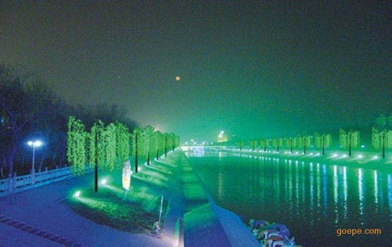 LED树灯是一种新型仿真景观灯,环保、寿命长、美观。树杆叶片为仿真材质,光源为LED,高度一般 在3-6米,广泛应用于广场,庭院,休闲广场,大堂等场所。它节能耐用的特点弥补了传统景观灯的不足, 是同类灯具的革命性产品。 二、 树灯的价格 桃花灯的价格是根据灯的高度、直径和叶片数量(叶片的数量和LED颗粒灯的数量相同)及灯的颜色(颜 色有红黄蓝白绿和粉色,红黄价格最低,蓝色次之,白、绿和粉色最高)来计算的,树灯的大小要根据 树灯使用的环境和灯的数量来设计。现在我们使用树灯的高度一般是室内70cm-