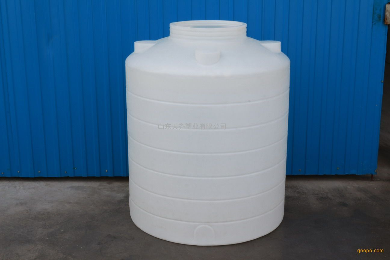 庆云一诺塑料制品有限公司 关于平底立式滚塑储罐的说明 本产品引用具有国际先进水平的ROTATION(旋转成型)的技术,采用优质进口食品级PE塑胶原料,生产出品种规格全、造型美而且具有杀菌、抗菌、不长水藻的高效能产品——无菌水箱,并专业生产大型、超大型一次成型塑胶容器及承接各种奇特异型的滚胶制品的生产研制和开发。 各种塑胶制品造型美观大方,无焊、无缝,无毒、无味,耐酸碱、耐冲击、耐高温(80摄氏度)、耐寒冷(零下40摄氏度),不易老化,安装运输方便,广泛用于建筑用水、水处理、医药食