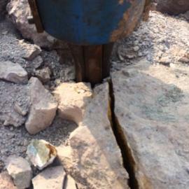 贵州重晶石取代爆破装在挖机上的大型机载液压劈裂机