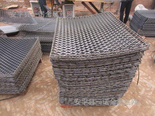 洛阳钢板钢笆片建筑工地脚手架上搭的脚踏板网+新式钢笆焊接网