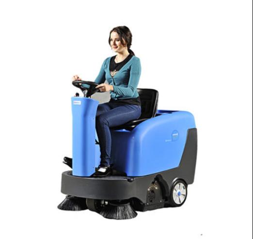 容恩掃地車R-QQS產品概述: 迷你型機身,大清掃寬度,卓越機動性能,充足動力,操作簡易方便,可迅速、高效地完成地面清掃作業。 容恩掃地車R-QQS的用途: 容恩R-QQS掃地車主要針對大型掃路車進不去的那種小環境、小路況,減輕工人工作強度,提高工作效率,能輕松清掃樹葉、果皮、瓜子皮、礦泉水瓶、紙屑、煙頭、沙子、灰塵、石塊等垃圾。迷你型設計,車身金屬打造,結實耐用,操作簡單,拆卸方便。 適用于公園、環衛、保潔公司、大型糧食倉庫,物業管理公司、廣場、高校的室外清掃、生產車間、倉庫、發貨區、停車場,以及戶外的