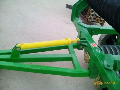 2米变形金刚小麦玉米镇压器为牵引式,飞机轮胎行走轮,单油缸折叠升降