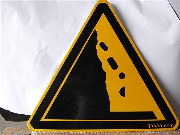 在我们生活中的交通标志是一种常见的标志,也是一个有力的保证交通顺畅安全。走在街道上,我们可以看到很多不同的交通标志牌,不同颜色的交通标志有不同的含义,很多人都不是很清楚。下面我们来看一下交通标志学习它的颜色。 现在常见的交通标志主要红,蓝,绿,黑,白,橙或荧光橙,荧光黄绿色。 1,红色禁令,停止,危险,禁止标志的边框,背景,斜线,斜线也用符号和象征叉,警告学科背景的直线感应,常州交通标志牌是***常见的交通标志; 2,蓝色用于指示指令遵循,常州交通标志牌则表示背景色:表示名称,路线,行车路线等信息,为一般