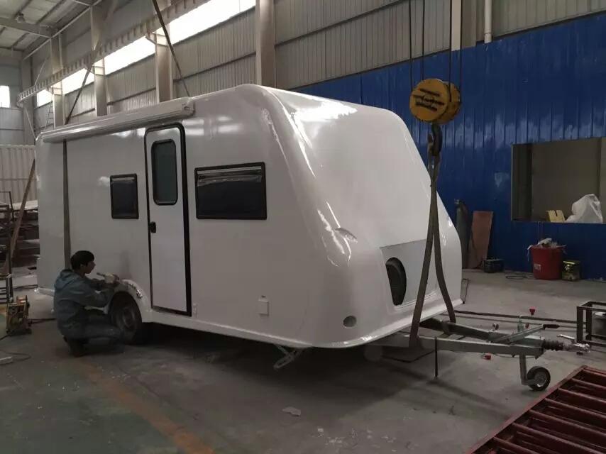 拖挂式d型房车是一种驮在皮卡车厢或是经过改装的车槽上的车型,没有