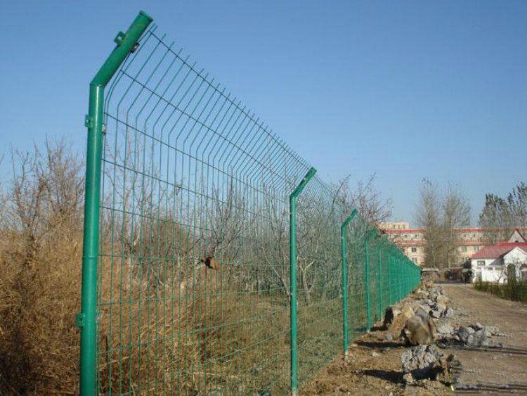 岳阳双边丝护栏网厂-浸塑高速护栏-隔离、养殖护栏-批发厂