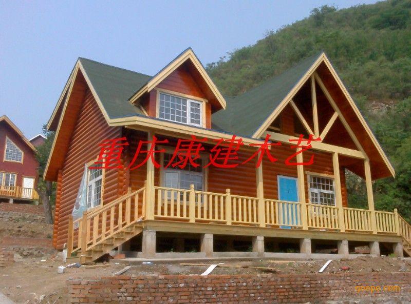 二、小木屋的造价及材料问题   1, 小木屋单位面积造价是多少? 小木屋外表可以是木制感的,也可以是普通别墅感的(外墙涂料),根据客户的要求价格可以调整。 小木屋造价内不含地基建设费用,含屋内基础管道费用和安装费用。   2, 小木屋所用的原材料都有什么? 制造小木屋的基本原材料是: 木材(要经过技术处理),石膏板,保温材料,涂料,水泥制件,连接金属件,管道制件等。   3,在技术上是如何保证小木屋恒温的?