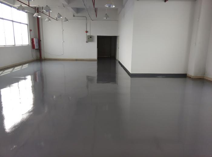 """万福华科建筑装饰工程有限公司水泥自流平地面是您铺设复合地板、PVC地板、涂刷环氧树脂等地坪材料的理想基层,更广泛用于各种老厂房维修,具有平整度高,施工简便快捷,与基层粘结牢固,无刺激性气味,环保等特点。 是专业施工水泥自流平材料的产品厂商。多年来公司本着""""以人为本,科技为先""""的经营宗旨。致力于水泥自流平新概念的""""全民环保水泥自流平工程"""",不断拓展水泥自流平使用领域。我公司凝聚了一批富有经验的水泥自流平工程技术人员、市场营销人员和专业水泥自流平安装人员,形成了"""