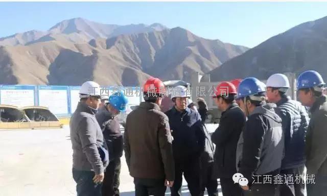 西部中大集团引进鑫通双臂带吊篮凿岩台车 助力公路、隧道建设