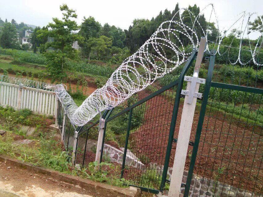 36度斜坡金属防护栅栏