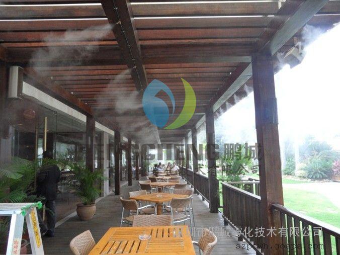 旅游景点喷雾造景人造雾设备 风景造雾,旅游风景喷雾降温,花园造景,喷雾降温消毒设备 1、因为喷雾降温设备喷出来的是雾,所以可以用来造景,放在商业街可以造出 一道美丽的风景线。顾名思义那么该设备还可以使用在风景区、旅游景点、别墅 区等 可以用来给该地区的景观造雾。 2、降温:上边有点里面已经介绍,那我就简短的说一下他的用途,可以使用在 商业街、铁皮房、工厂车间、 体育管、等各种大面积传统设备无法达到的场所降温。 使用范围:户外餐厅 、娱乐场所、体育馆、运动场 机场、公共汽车站、大型集会、宾馆酒店、畜牧场猪