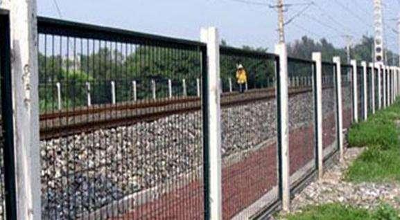 实体厂家直销铁路两侧防护网价格