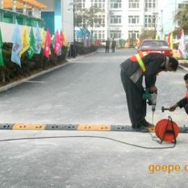 深圳道路减速带厂家价格,橡胶道路减速带安装图片