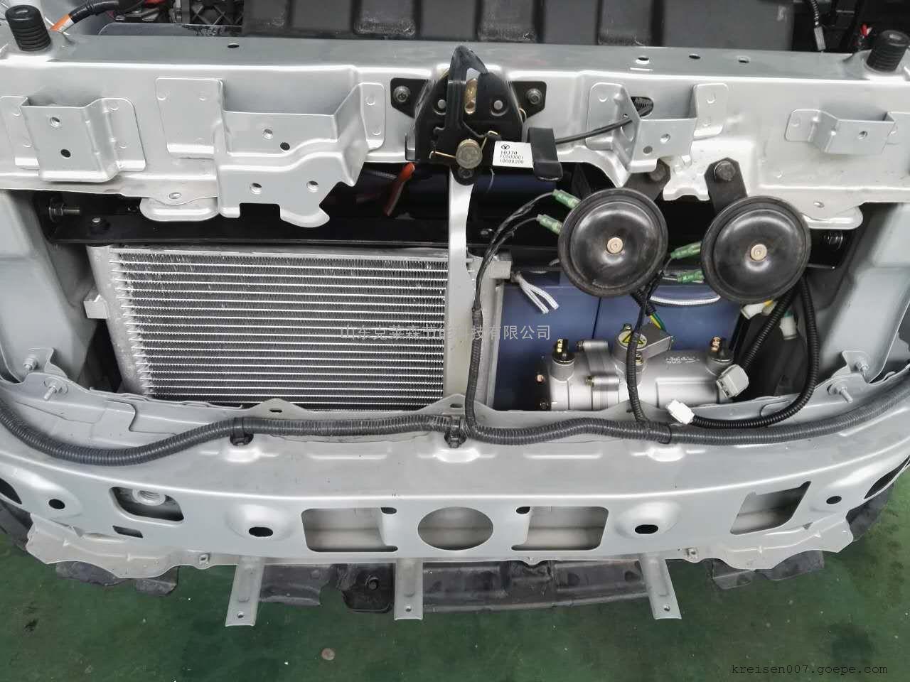 电动汽车空调系统 EV AIR CONDITIONING 1.电动压缩机:采用最先进电动涡旋技术,由电源直接驱动,震动小、噪音低、体积小、重量轻,容积效率高,制冷量可达2.0kw以上,功耗≤1kw,用较低的电功耗就可以实现较大的制冷量。 2. 控制器: 采用正弦波foc矢量控制技术,驱动效率高,散热性好,可靠性高。完善的保护机制,具有过流保护、高低压保护、高温温度保护、低温防冻结保护等多种保护功能。能够提供超强的扭矩和严格的电池电流限制,既能工作在相对较小的电池电流工况下,能提供平顺的转速能力。正弦