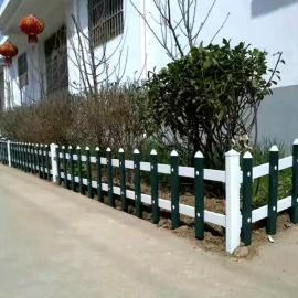 泰兴方正护栏厂:墨绿色草坪护栏-纯白色PVC绿化带护栏价格