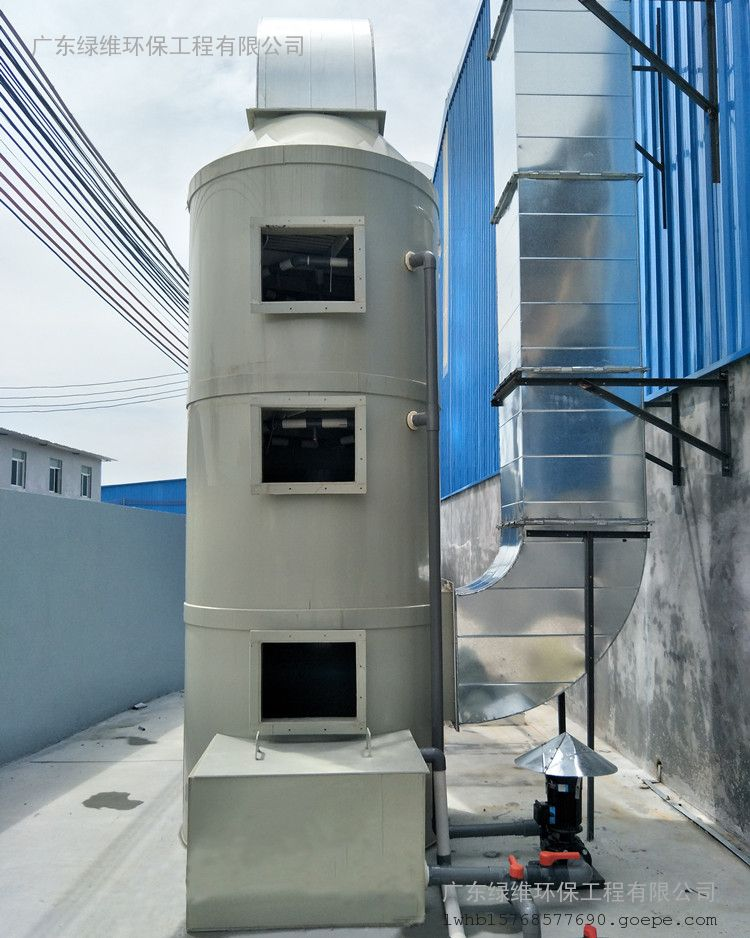 喷淋塔内填料层作为气液两相间接触构件的传质设备。填料塔底部装有填料支承板,填料以乱堆方式放置在支承板上。填料的上方安装填料压板,以防被上升气流吹动。喷淋塔喷淋液从塔顶经液体分布器喷淋到填料上,并沿填料表面流下。气体从塔底送入,经气体分布装置分布后,与液体呈逆流连续通过填料层的空隙,在填料表面上,气液两相密切接触进行传质。当液体沿填料层向下流动时,有时会出现壁流现象,壁流效应造成气液两相在填料层中分布不均,从而使传质效率下降。因此,喷淋塔内的填料层分为两段,中间设置再分布装置,经重新分布后喷淋到