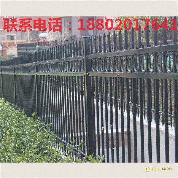 小区护栏是专门为小区安全与美观实用为一体的防护产品,其主要选用桃型柱、双圈、双边等造型美观且防护性能极好的专业产品,有些特殊小区的护栏立柱上方也为V型,上端与刺绳相结合大大的加强了小区的安全。 材质:低碳钢丝、铝镁合金丝。 制作工艺:编织焊接而成。 特点:造型美观、安全性能高、防攀爬、不变形、抗老化、规格多样化、价格低廉等。 外形亮丽:典雅亮丽的外表和坚韧的内在品质结合,兼具欧美风格和当今流行时尚,尽显高贵与现代美感。 环保免维护:不枯朽、不腐蚀、不褪色、不需要日常维护,不污染环境。 强度高:护栏内腔配
