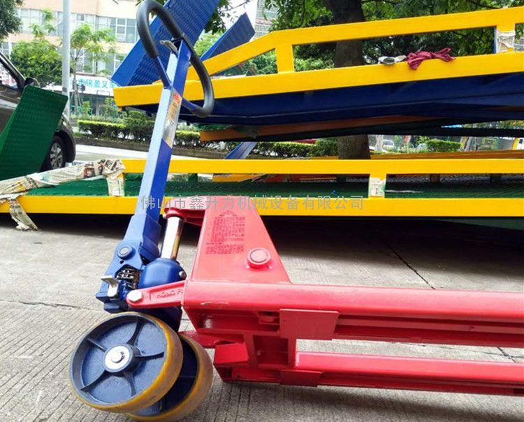 台湾进口手动液压搬运车载荷3000kg货物装卸车