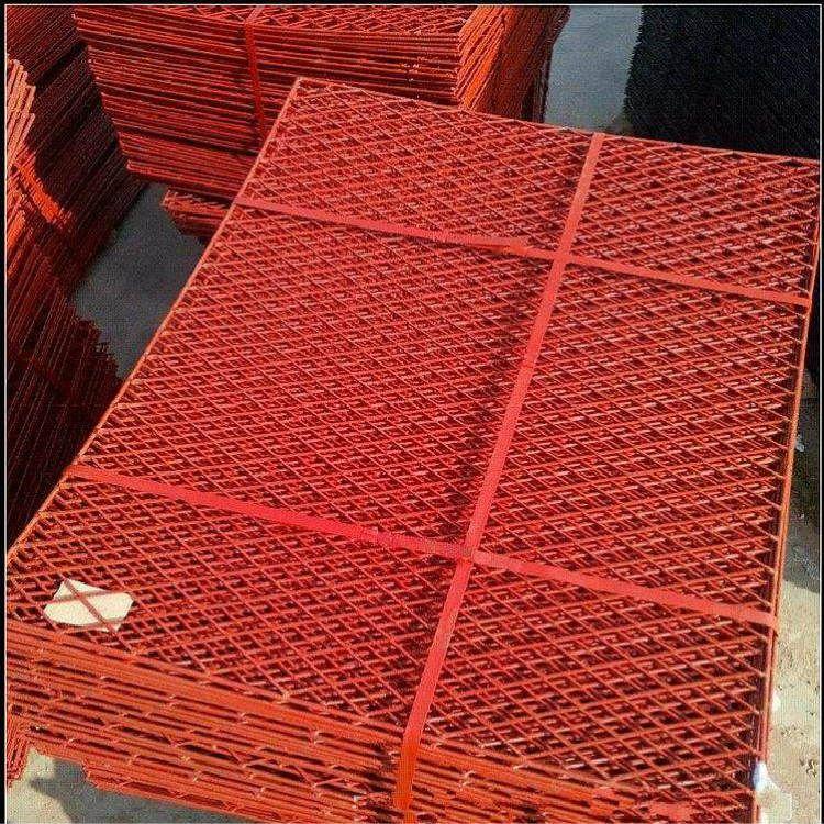 工地楼层外脚手架上喷红漆钢笆网片