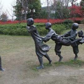 东莞原著雕塑厂家供应童趣老鹰捉小鸡雕塑 学校景观雕塑摆件