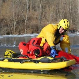 进口冰上救援服指挥服水域救援装备中的冰面救援服的重要性