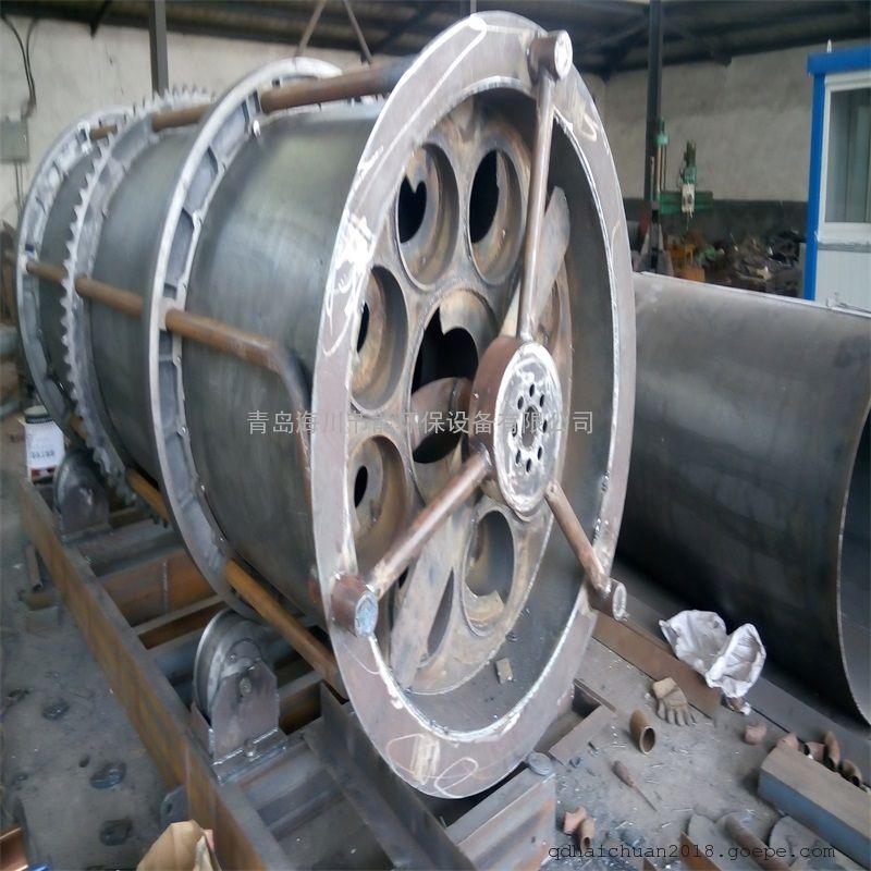 GTLC滚筒式冷渣机的控制部分由温度控制部分、压力控制部分、过载保护和调速控制部分组成,全程监控冷渣机工作状况,更加确保冷渣器的安全性。由旋转接头、滚筒组装、底座、托轮组装、进料装置、驱动机构、及电器控制等几部分组成。 GTLC滚筒式冷渣机主要结构有: 1) 进料装置:由进渣斗组装、进渣箱、进渣闸板组成。进渣斗组装采用高温下不易变形的HT300铸件,以防高温变形;进渣溜槽采用不易堵塞的双曲线设计。该装置实现了进渣量与出渣量的同步,即:欲冷多少渣就给多少渣(公司独家技术),彻底解决了因大量高温炉渣瞬间进入设