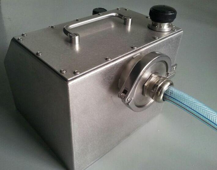 气溶胶发生器AG-230 【 产品 介绍】 本公司制作的便携 式 Laskin 喷头喷雾型悬浮粒子发生器能产生次微米的多种直径的油雾悬浮粒子,浓度从 10 到 100 微克/升,当流速在 50 到 8,100 立方英尺每分钟之间(压力在 20 psi 下)。 悬浮粒子发生器和光度计被用于高效的空气过滤系统中完整性测试或查找泄露源测试。过滤器制造商用这个设备去扫描 ULPA 和 HEPA ( 超高效,高效)过滤器去验证它们的产品。 过滤器论证商用这个设备去确认过滤器没有在运输中损坏 和是否完全正确的被安装并