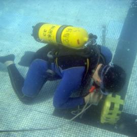 潜水员水下切割