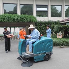 工厂扫地车座驾式工业吸尘工厂车间电动中型驾驶式扫地机