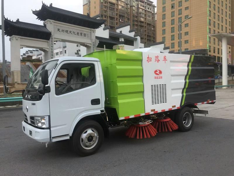 国五东风多利卡扫路车带洒水功能