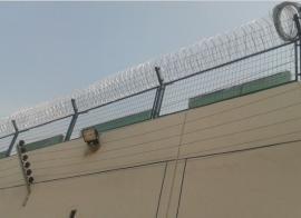 监狱刀刺钢网墙-艾瑞监狱刀片钢网墙安装-监狱刀刺钢网墙规格