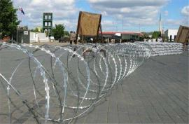 监狱不锈钢刀片刺网-看守所螺旋式刀片刺网-监狱蛇腹型滚刀刺网