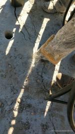 采石场破硬石头的机器劈裂机