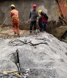 基坑挖掘石�^劈裂�C