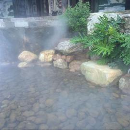雾森喷雾涌动在湖面